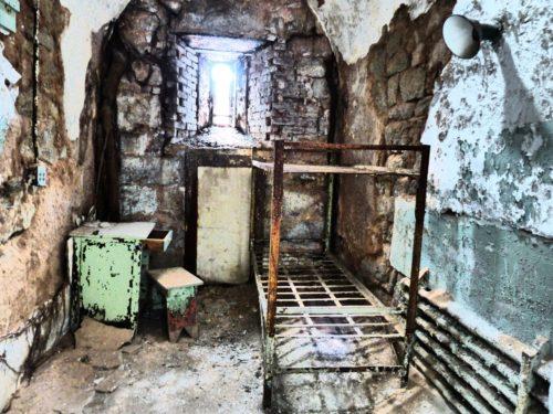 philadelphia-eastern-state-penitentiary-decrepit-cell
